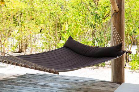 reis, toerisme, vrije tijd, vakantie en de zomervakantieconcept - grote hangmat op tropisch strandterras