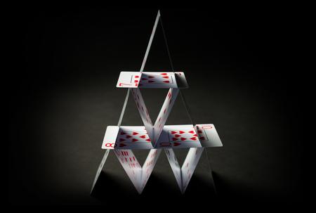 검정 배경 위에 카드 놀이의 집 스톡 콘텐츠