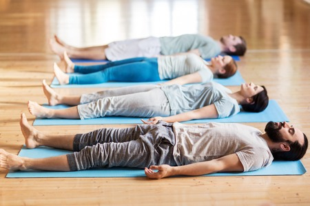 groep mensen die yoga-oefeningen in de studio Stockfoto