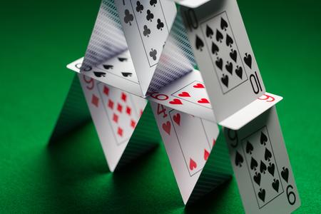 카지노, 도박, 기회의 게임, 위험과 불안 정한 개념 - 녹색 테이블 천으로 카드 놀이의 집 가까이 스톡 콘텐츠