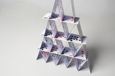 카지노, 도박, 기회의 게임, 위험과 불안 정한 개념 - 흰색 배경 위에 카드 놀이의 집 폐쇄 스톡 콘텐츠