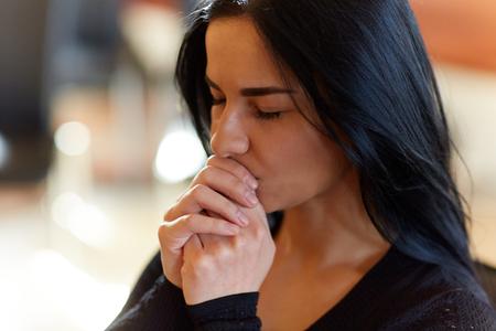 埋葬、人々 と喪の概念 - は葬式で不幸な女性の祈り神のクローズ アップ