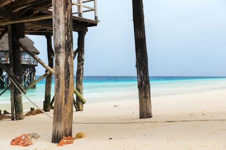 トロピカル リゾート ビーチ バンガローまたは高床式住宅 写真素材