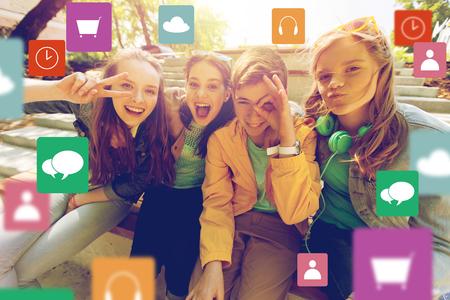 技術、友情、人コンセプト - 幸せの十代の友人や高校生メニュー アイコンと顔を作ると楽しい