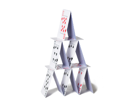 Maison de cartes à jouer sur fond blanc Banque d'images - 78516621