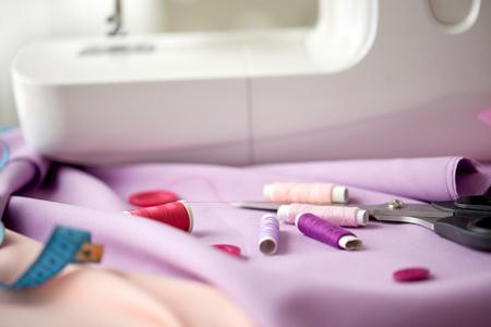 naaimachine, schaar, knopen en stof
