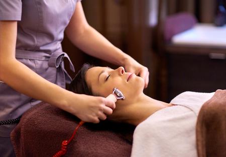 Vrouw met hydradermie gezichtsbehandeling in spa