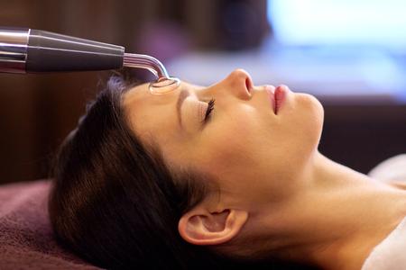 woman having hydradermie facial treatment in spa Фото со стока