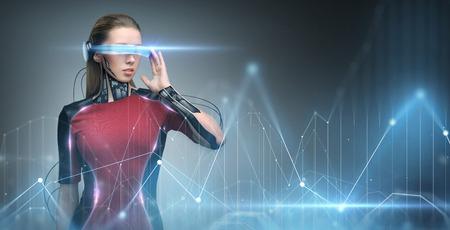 Concetto di realtà aumentata, tecnologia, business, futuro e persone - donna in occhiali virtuali e impianto di microchip o sensori guardando la proiezione diagramma grafico Archivio Fotografico - 78935477