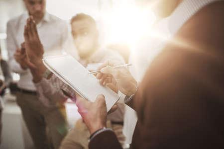 hombre escribiendo: Negocio, romper, comunicación, gente, concepto - feliz, creativo, equipo, discutir, algo, hombre, escritura, notepad, oficina