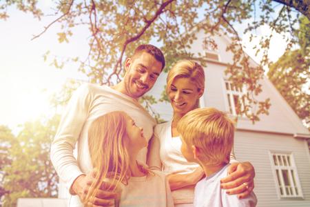 집 옥외의 앞에 행복한 가족 스톡 콘텐츠