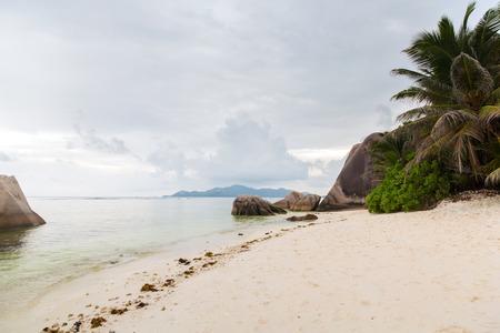 Eiland strand in de Indische Oceaan op Seychellen Stockfoto