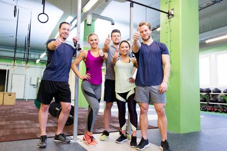 groep gelukkige vrienden in de sportschool