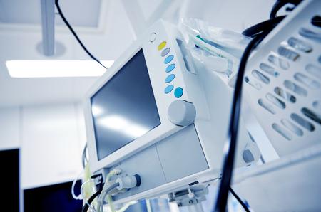 의학, 건강 관리, 응급 및 의료 장비 개념 - 병원 병동 또는 수술실에서 체외 생명 지원 기계