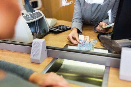 사람들, 철수, 돈, 저축 및 금융 개념 - 점원 스위스 프랑 현금 은행 사무실이나 통화 교환기