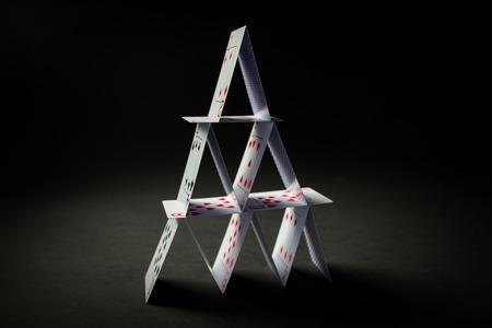 카지노, 도박, 기회의 게임, 위험과 불안 정한 개념 - 검정 배경 위에 카드 놀이의 집 스톡 콘텐츠