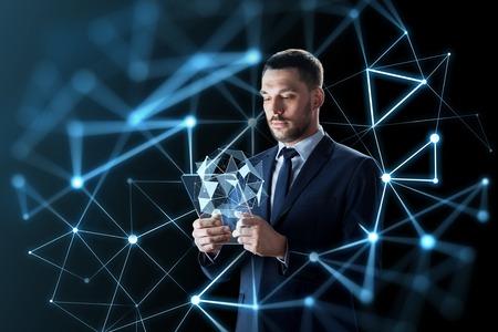 透明なタブレット pc を操作するビジネスマン