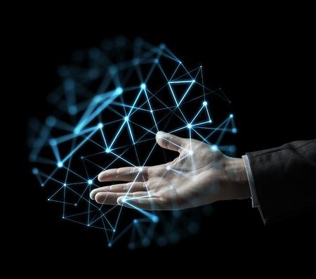 비즈니스, 사람, 네트워크 및 미래 기술 개념 - 제기 사업가 검은 배경 위에 낮은 폴리 프로젝션과 손을 스톡 콘텐츠