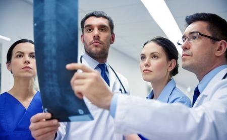 엑스레이 스캔 이미지를보고 의사 그룹 스톡 콘텐츠