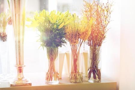 Sluit omhoog van bloemen in vazen ??bij bloemwinkel