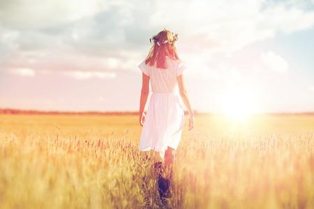 꽃밭에 시리얼 필드에 행복 한 젊은 여자 스톡 콘텐츠 - 80278482