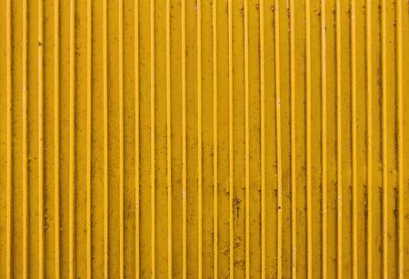 古い黄色塗装金属表面のリブ