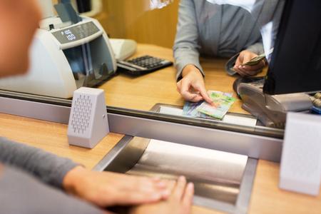 Commis à compter de l'argent comptant au bureau de banque Banque d'images - 80233003