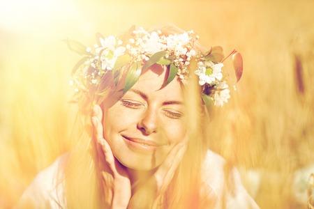 시리얼 필드에 꽃의 화 환에 행복 한 여자 스톡 콘텐츠