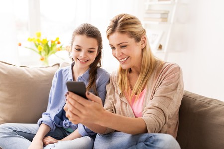 happy family with smartphone at home Imagens