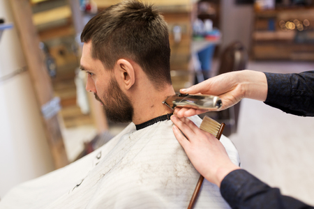トリマー切削髪の男と床屋の手