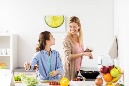 glücklicher Familie Kochen zu Hause Salat Küche