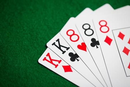 pokerhand van speelkaarten op groene casino doek Stockfoto