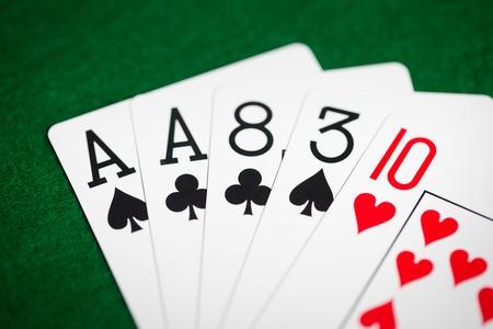 녹색 카지노 천으로 카드 놀이의 포커 손