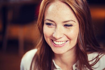女性、ジェンダー、肖像画および人々 のコンセプト - 幸せな若い赤毛の女性の笑顔