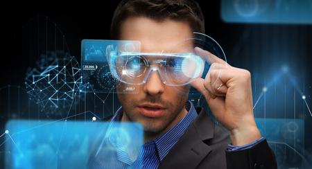 Verbeterde realiteit, technologie, zaken en mensen concept -Businessman in virtuele bril kijken naar schermprojecties over donkere achtergrond