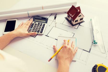 Close-up van architect hand tellen op rekenmachine Stockfoto