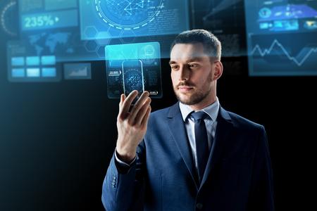 비즈니스, 증강 현실 및 미래 기술 개념 - 투명 한 스마트 폰 및 가상 스크린 투영 검정 배경 위에 작업 사업가