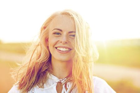 Close up de jeune femme heureuse en plein air blanc Banque d'images - 80279346