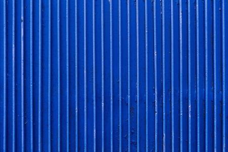 古い青い塗られた金属表面のリブ