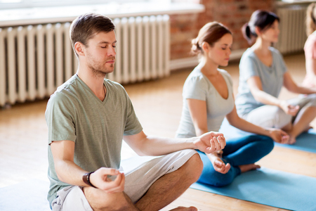 Concept de yoga de yoga et de yoga sain - groupe de personnes marchant dans lotus pose au studio Banque d'images - 80280047