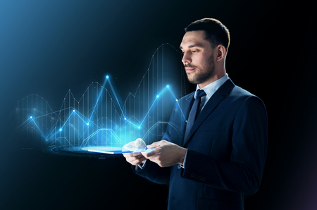 タブレット pc ・仮想図を持ったビジネスマン