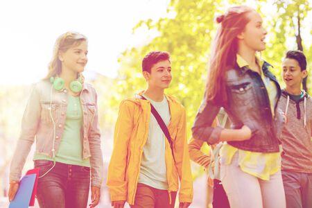 야외에서 산책하는 행복 한 십 대 학생의 그룹