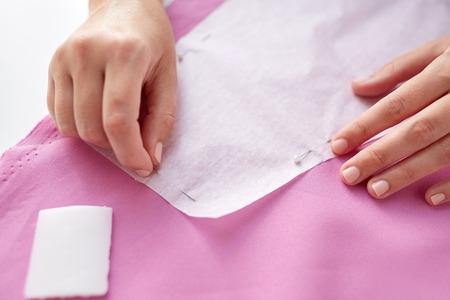 Frau Mit Stiften Nähen Papier Muster Auf Stoff Lizenzfreie Fotos ...