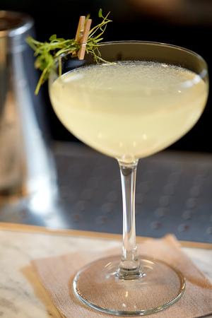 バーでカクテルのグラス