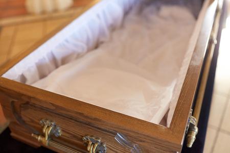 close-up van open lege kist in de kerk