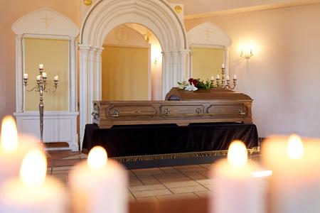 Bruciando candele e bara in chiesa al funerale Archivio Fotografico - 80532767