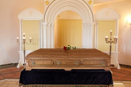 Ataúd en el funeral en la iglesia ortodoxa Foto de archivo - 80532899