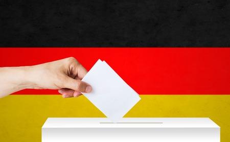 투표 용지와 선거에서 독일의 손 스톡 콘텐츠