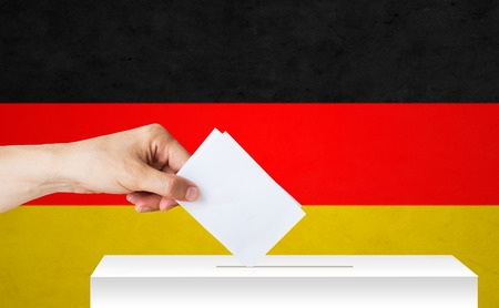 Hand von deutsch mit stimmzettel und kasten auf wahl Standard-Bild - 80781819