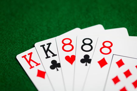 카지노, 도박, 기회, 위험 및 엔터테인먼트 개념 - 녹색 천으로 카드 놀이의 포커 손 스톡 콘텐츠